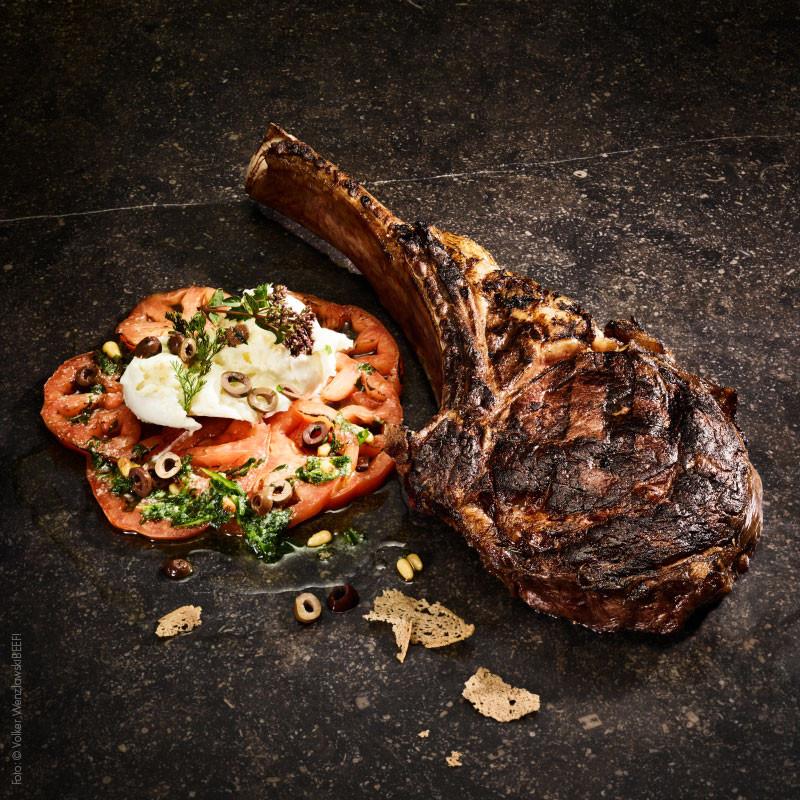 Tomahawk Steak gebraten und angerichtet
