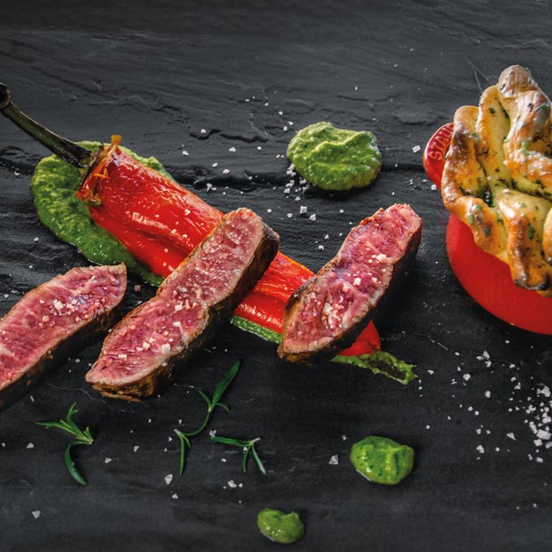 BBQ Steak mit Spitzpaprika, Zupfbrot & Mojo Verde