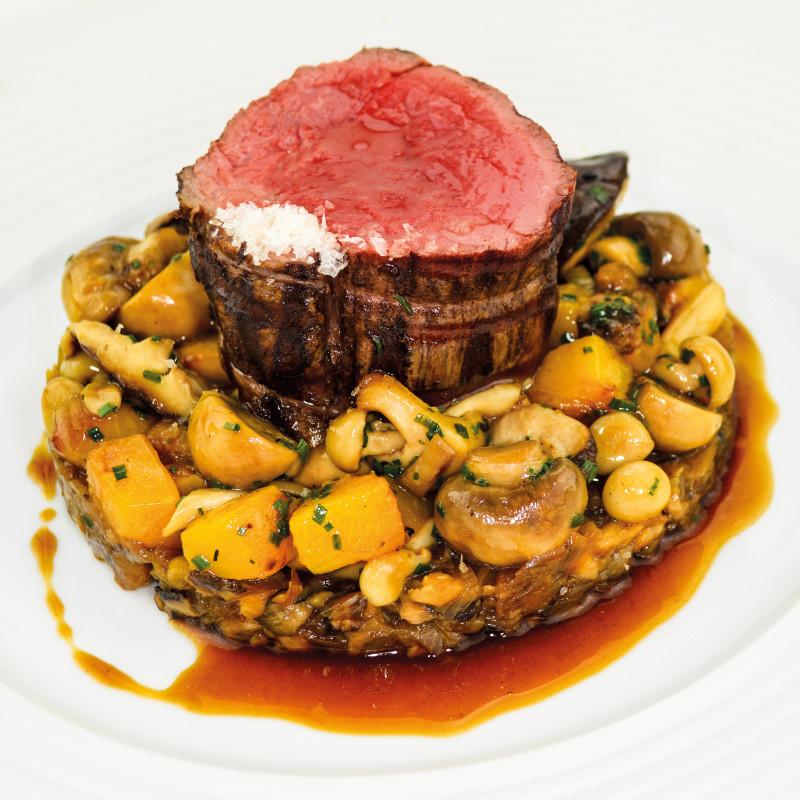 Chateau Steak aus dem Zederntauch mit Waldpilzen & gesottenen Schalotten