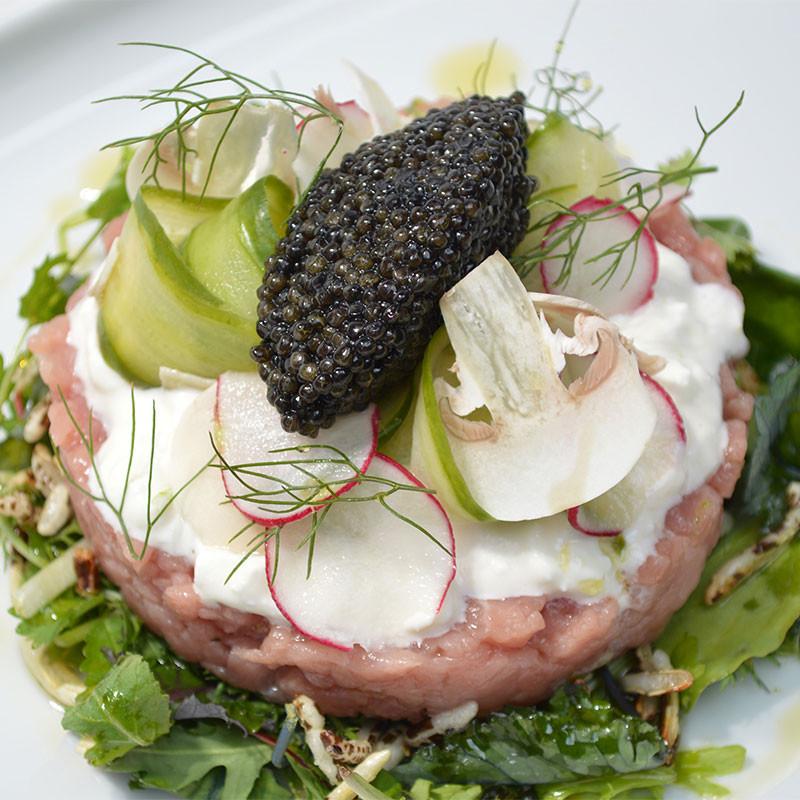 Kalbstatar gekrönt von feinstem Kaviar