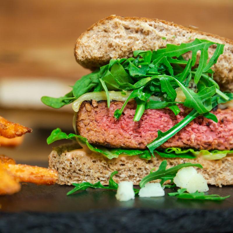 Planty of Burger - Veganer Burger zubereitet