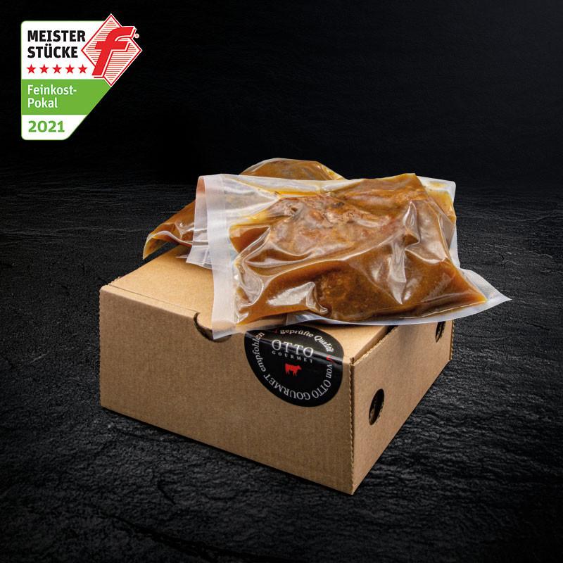 Verpackung der Geschmorten Schweinebäckchen in Balsamicojus mit Gold-Siegel