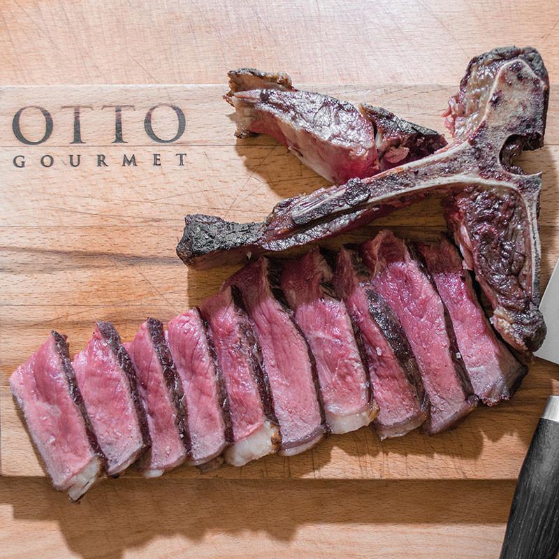 US Black Angus T-Bone Steak Dry-Aged zubereitet und tranchiert