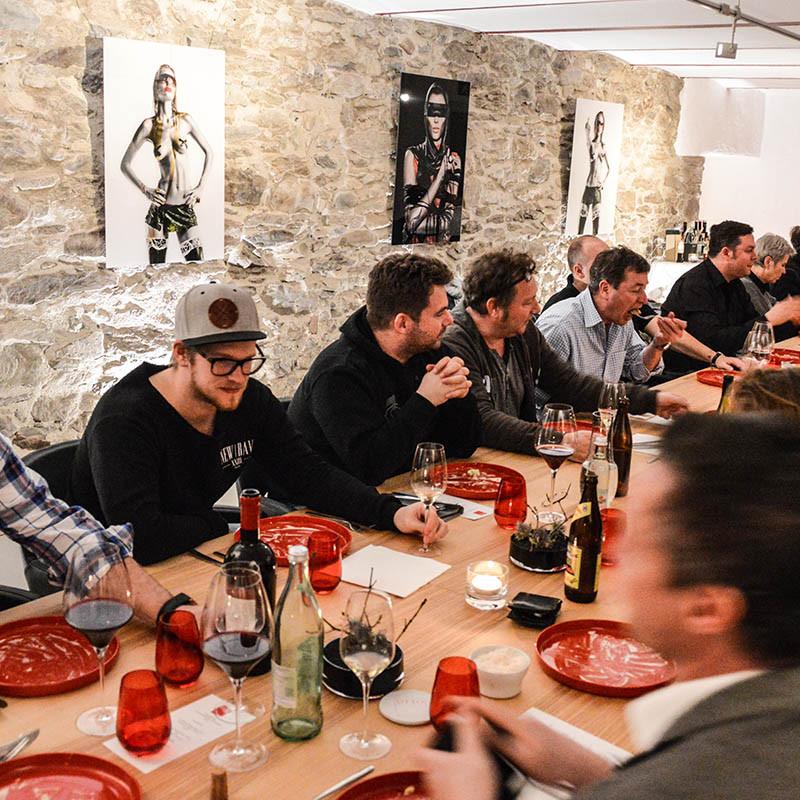 Gemeinsames Essen an langer Tafel im Stoi beim Schlachtfest mit Wolfgang Müller & Ludwig Maurer